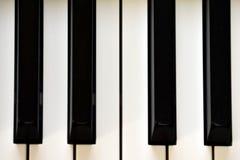 Sleutels van zich een digitale piano, het zachte concentreren, een creatieve stemming van een persoonsimprovisatie en een creativ royalty-vrije stock afbeelding