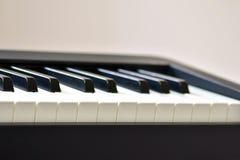 Sleutels van zich een digitale piano, het zachte concentreren, een creatieve stemming van een persoonsimprovisatie en een creativ royalty-vrije stock afbeeldingen