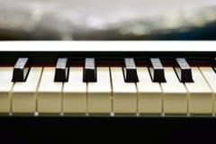 Sleutels van zich een digitale piano, het zachte concentreren, een creatieve stemming van een persoonsimprovisatie en een creativ stock afbeeldingen