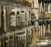 Sleutels voor knipsel op een muur Royalty-vrije Stock Fotografie