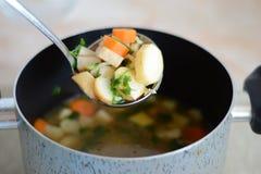 Slev med soppa Arkivbild
