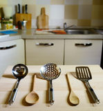 Slevar på trätabellen på kökbakgrund Royaltyfri Bild