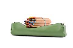 Sleve vert avec des crayons de couleur Image libre de droits