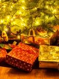 Slågna in packar under julgranen Royaltyfri Foto