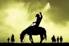 Slhouette de cowboy de rodéo au coucher du soleil Photos stock