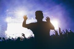Slhouette do homem novo no concerto fotos de stock
