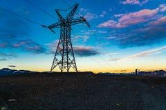 Slhouettemening van hoog kabelvoltage en een fotograaf stock foto's