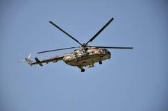 Sliac,斯洛伐克- 2011年8月27日:直升机在飞行表演的米尔Mi17M飞行显示  免版税库存照片