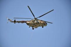 Sliac,斯洛伐克- 2011年8月27日:直升机米尔Mi17M飞行显示,在斯洛伐克空军队属于 免版税库存照片