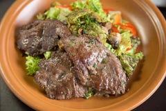 Sliced grillade kalvkött- och grönsaksallad, bästa sikt Royaltyfri Fotografi