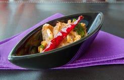 Sliced grillade nötköttsallad på tabellmat, kryddig mat Arkivbild