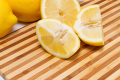Sliced lemons on cutting board Royalty Free Stock Photography