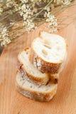 Sliced släntrar av baquettebröd Arkivfoton