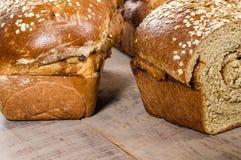 Sliced släntrar av nytt bröd för helt vete Arkivbilder
