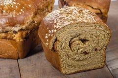 Sliced släntrar av nytt bröd för helt vete Arkivfoto