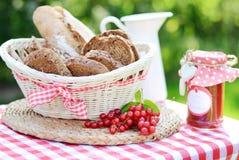 Sliced släntrar av bröd med smakligt driftstopp Royaltyfri Foto