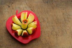 Slicer της Apple στον εκλεκτής ποιότητας τέμνοντα πίνακα Στοκ φωτογραφίες με δικαίωμα ελεύθερης χρήσης