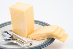 slicer сыра чеддера Стоковая Фотография RF