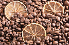 Slices of  lime on the coffee beans Royalty Free Stock Photos