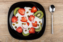 Slices of strawberry and kiwi with yogurt in plate Royalty Free Stock Images