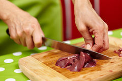 Slicing chicken liver Royalty Free Stock Photos