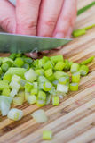 Slicing leeks or green onions Royalty Free Stock Images