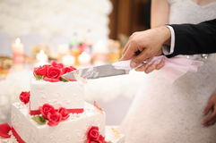 Slicing the wedding cake Royalty Free Stock Images