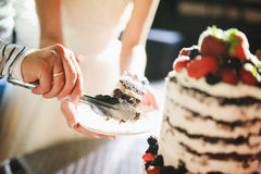 Slicing the wedding cake Royalty Free Stock Photography