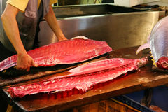 Slicing yellow-fin Tuna in Tsukiji fish market Royalty Free Stock Photography