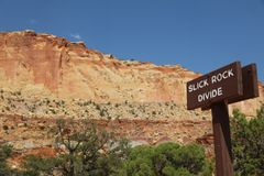 Slick Rock Divide Sign i Kapitoliumrevnationalpark utah royaltyfri foto