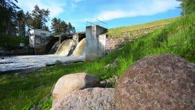 Slider/Dolly Shot da cachoeira e de uma represa velha Paisagem do VERÃO video estoque
