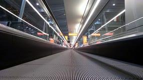 Οριζόντια κυλιόμενη σκάλα στις λεπτομέρειες αερολιμένων ενός slidewalk, στοκ εικόνες