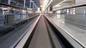 Οριζόντια κυλιόμενη σκάλα στις λεπτομέρειες αερολιμένων ενός slidewalk, στοκ εικόνα