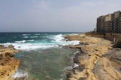 Sliema, grandes roches et mer Méditerranée, lagune bleue, Gozo, République de Malte Image stock