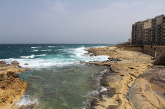 Sliema, große Felsen und Mittelmeer, blaue Lagune, Gozo, Republik Malta Stockbild