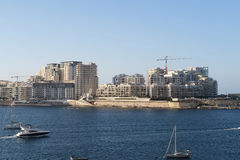 Sliema, Malta - Augustus 02 2016: Moderne Sliema-horizon bij Tigne-Strandboulevard Royalty-vrije Stock Fotografie