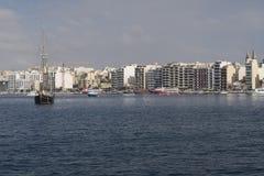 Sliema, Malta - Augustus 03 2016: Sliemahorizon en vastgelegde cruiseschepen Stock Fotografie