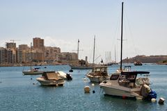 Sliema Malta, Juli 2014 Parkering för yachter och fartyg på bakgrunden av moderna byggnader av staden arkivbild
