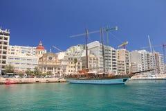 Sliema Malta - kan 2018: Träsegelbåt i den Sliema hamnen i solig dag arkivbilder