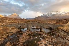 Sligachan bro med Cuillins kullar på ön av Skye, Skottland Royaltyfria Foton
