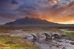Sligachan bro och Cuillinsen, ö av Skye på solnedgången Arkivfoto