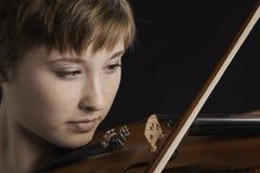 Slight la sonrisa en violinista del adolescente Fotos de archivo