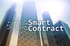 Slim contract, blockchain technologie in zaken, financiënhi-tech concept Wolkenkrabbersachtergrond stock afbeelding