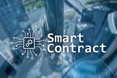Slim contract, blockchain technologie in zaken, financiënhi-tech concept Wolkenkrabbersachtergrond royalty-vrije stock foto's