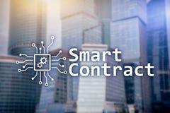 Slim contract, blockchain technologie in zaken, financi?nhi-tech concept Wolkenkrabbersachtergrond stock fotografie