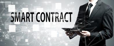 Slim Contract met de tabletcomputer van de mensenholding royalty-vrije stock afbeelding
