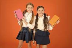 Slim en aanbiddelijk Leuke schoolmeisjes die lessenboeken houden Kleine kinderen met schoolagenda's voor het maken van nota's sch royalty-vrije stock fotografie