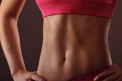 Slim garvade kvinnans kropp över mörk grå bakgrund Royaltyfri Foto