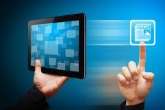 Slim het nieuwspictogram van de handaanraking van tablet Stock Fotografie