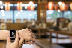 Slim horloge op hand met het opdracht geven van tot app Stock Afbeelding